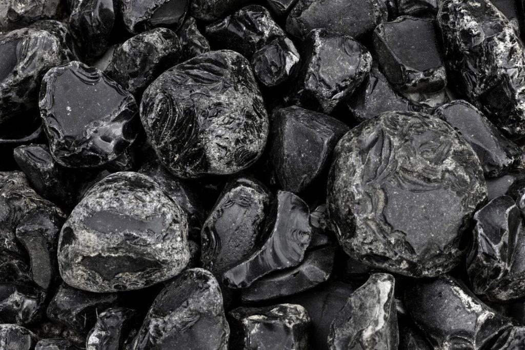 obsidian-poldragi-kamen-neobdelan